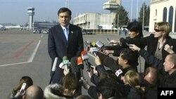 Михаил Саакашвили оставался сегодня в новостях весь день. Это было связано вовсе не с отменой ЧП, но с ожидавшейся сменой правительства, которая и произошла уже под вечер