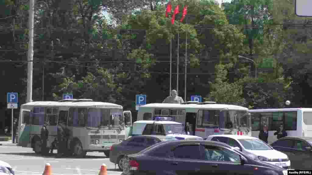 Автобусларда утырган полиция