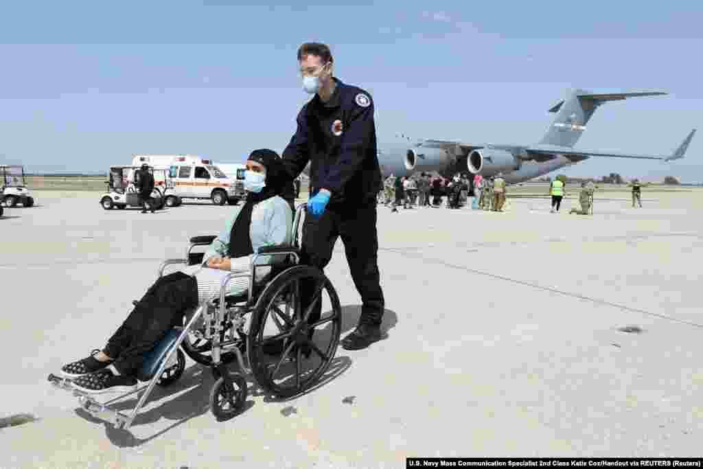 Afganistanka po dolasku u špansku bazu. Ona je jedna od 450 afganistanskih državljana koji su evakuisani preko Kuvajta za špansku bazu Rota.