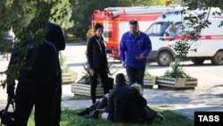 У здания Керченского политехнического колледжа, где произошел взрыв. 17 октября 2018 года