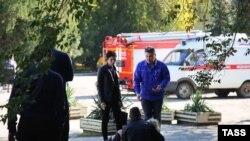 У здания Керченского политехнического колледжа, где произошел взрыв
