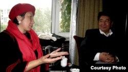 Чолпон Субангожоева кытайлык манас таануучу, илимдин доктору Адыл Жуматурду уулу менен. Үрүмчү, 2011-ж.
