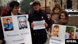 Два десятка человек собрались у памятника Грибоедову