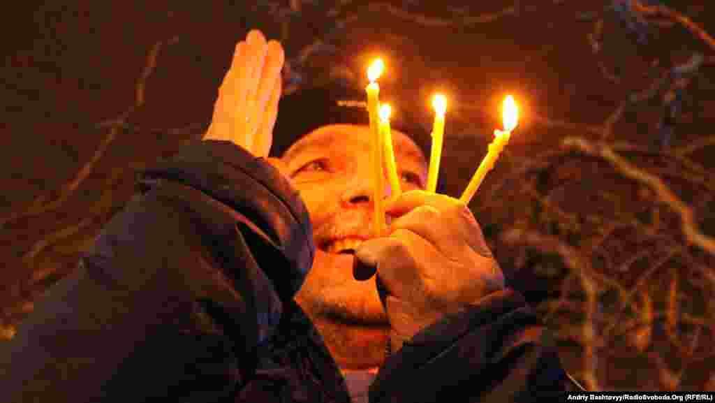Люди запалили свічки та слухали виступи громадських активістів.