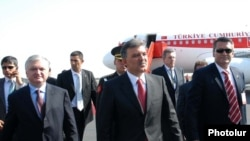 Armenia -- Turkish President Gul (C) with Armenian Foreign Minister Eduard Nalbandian (L) after Gul's arrival in Yerevan on 06sep2008