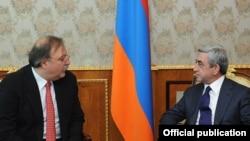 Armenia - President Serzh Sarkisian (R) meets with Georgian Foreign Minister Grigol Vashadze, 7Nov2011.
