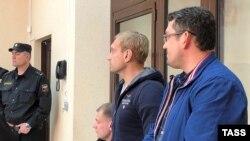 Андрей Филонов (второй справа) на суде, 4 апреля 2019 года