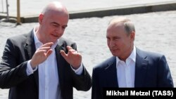Президент FIFA Джанни Инфантино и президент России Владимир Путин (слева направо). Москва, 28 июня 2018 года.