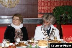 Жусуп Мамай жана Кыргызстандын мурдагы президенти Роза Отунбаева. Ак-Чий, КЭР. 27.6.2012.