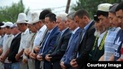 Президент Арашан айылындагы мечитте Айт намазын окууда. 9-август, 2013-жыл