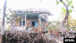 ომის დროს დაზიანებული სახლი კონფლიქტის ზონაში