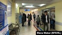 Люди в коридоре медицинского учреждения в Карагандинской области. Иллюстративное фото.