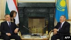 Қазақстан президенті Нұрсұлтан Назарбаев (оң жақта) Венгрия премьер-министрі Виктор Орбанмен кездесіп отыр. Астана, 1 сәуір 2015 жыл.