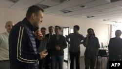 Российский оппозиционный активист Алексей Навальный перед своими соратниками.