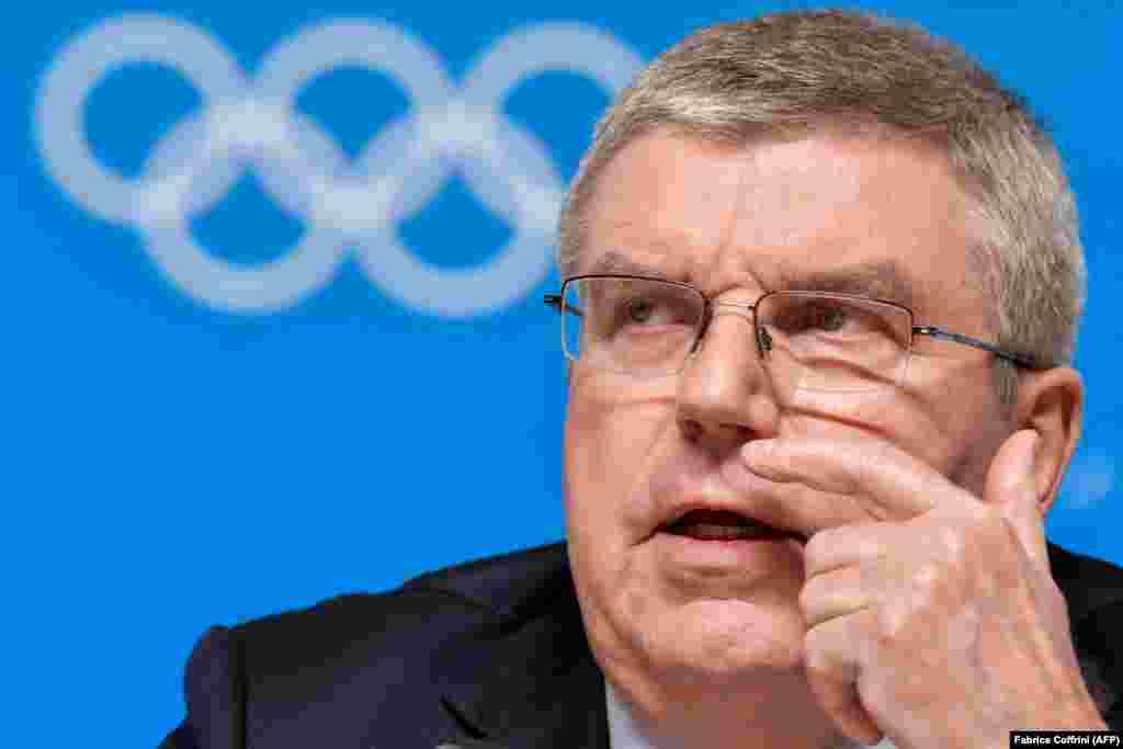 Халықаралық олимпиада комитетінің төрағасы Томас Бах Пхенчханда өтетін қысқы олимпиада алдындағы баспасөз мәслихатында отыр.