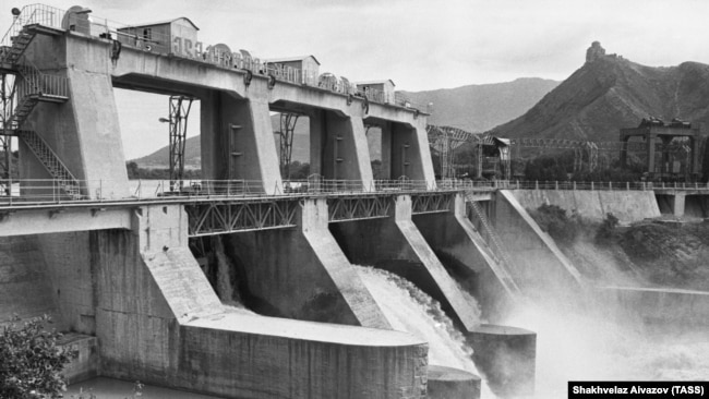 A 1987 photo of the Zemo Avchala Dam. The hilltop Jvari Monastery is visible in background.