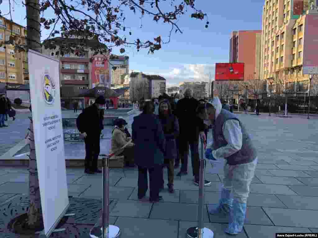 Që prej paraqitjes së rasteve të para të koronavirusit në mars e deri më 29 dhjetor, në Kosovë, sipas të dhënave të IKSHPK-së, janë testuar181.148 persona, ku 50.910 kanë rezultuar pozitivë. Prej tyre,1.325 pacientë kanë vdekur dhe40.423 janë shëruar.
