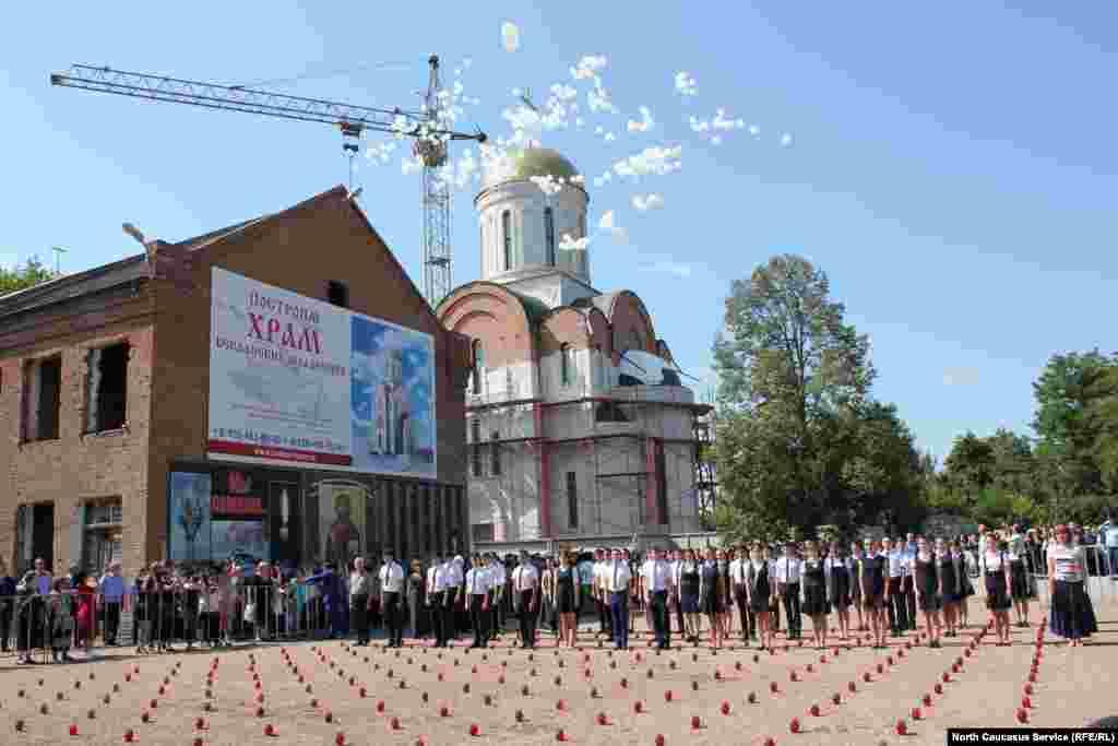 13:05 - время первого взрыва в бесланской школе №1. В этот момент в небо запускают 334 шарика по числу погибших