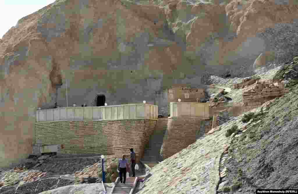 Паломники, приехавшие в подземную мечеть «Бекет-ата».