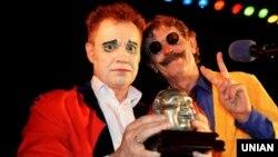 Художній керівник комік-групи «Маски» Георгій Делієв (ліворуч) та учасник комік-групи «Маски» Борис Барський під час Клоунського параду. Одеса, 1 квітня 2015 року