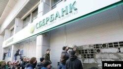 """""""Улуттук корпус"""" партиясынын жактоочулары """"-Сбербанктын Киевдеги филиалын тосмолоп жаткан учур. 13-март, 2017-жыл."""