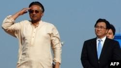 پرویز مشرف (سمت چپ) پس از چهار سال به پاکستان بازگشت.