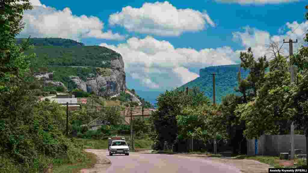 Село Танковое (Биюк-Сюрень до 1945 года) располагается на юге центральной части Бахчисарайского района, в начале горной части Бельбекской долины. На фото – знаменитый каньон Бельбекские ворота