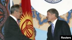 Ресей сыртқы істер министрі Сергей Лавров (сол жақта) пен Қырғызстан президенті Алмазбек Атамбаевтың (оң жақта) кездесуі. Бішкек, 5 сәуір 2012 жыл.