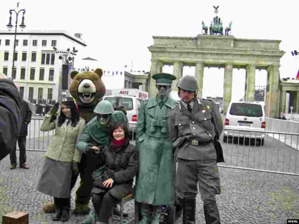Туристи біля Бранденбурзьких воріт