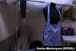 Шоперы, которые шьют бездомные женщины. Фото: Карина Меркурьева