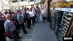 گزارشها حاکی است که پلیس تا کنون «بیش از ۵۰ تن» را به اتهام «اخلال در بازار ارز» دستگیر کرده است