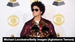 Këngëtari Bruno Mars dhe gjashtë çmimet Grammy të fituara mbrëmë