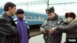Тафтиши асноди паноҳҷӯён дар вокзали роҳи оҳани Брест