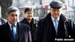 ЖСДП партиясының жетекшісі Жармахан Тұяқбай(алдыңғы қатарда, сол жақта) мен Алтынбек Сәрсенбайұлы (оң жақта).