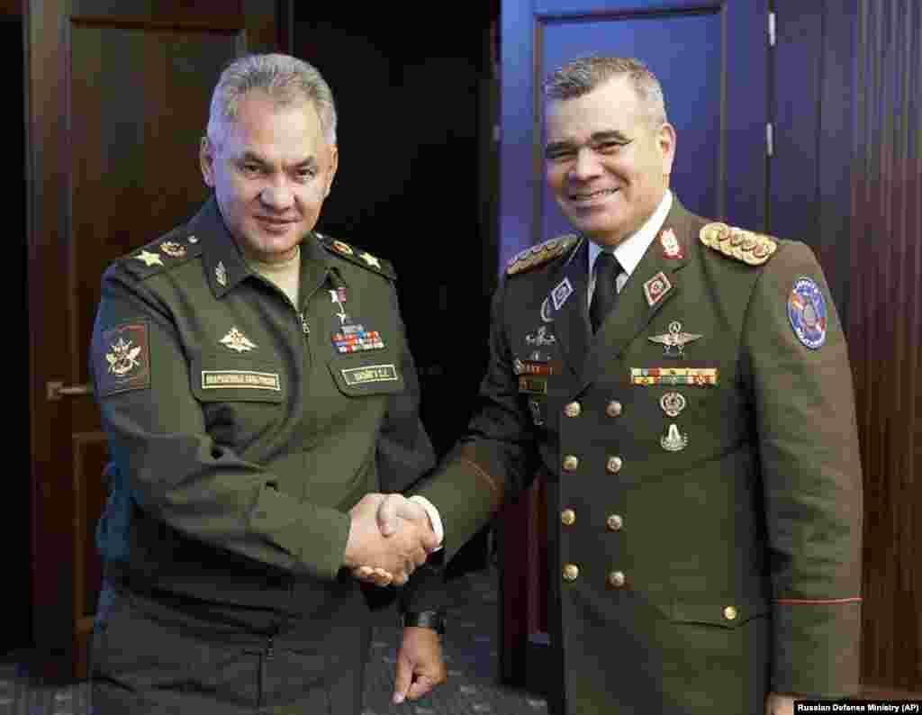 ВЕНЕЦУЕЛА / РУСИЈА - Министрите за одбрана на Русија и на Венецуела Сергеј Шојгу и Владимир Падрио во Москва разговарале за воената соработка меѓу двете земји. Шојгу на состанокот, како што јавуваат руските медиуми, ги поздравил напорите на Венецуела да не им потклекне на обидите на САД да ја урнат владата во Каракас.