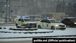 Poliția supraveghează traficul rutier la intersecțiile cele mai aglomerate din Chișinău