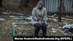 Анна біля знищеного будинку, Авдіївка, 27 березня 2017 року