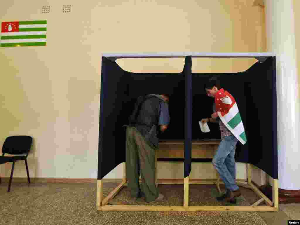 Жители Сухуми заполняют избирательные бюллетени