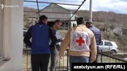 ԿԽՄԿ ներկայացուցիչներն այցելել են Ոսկեվան գյուղի բնակիչ, կրակոցներից վիրավորված Արմանի ընտանիքին, 31-ը մարտի, 2020թ.
