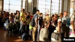 Британські й російські туристи стоять у черзі на виліт з аеропорту Шарм-ель-Шейха в Єгипті, 6 листопада 2015 року