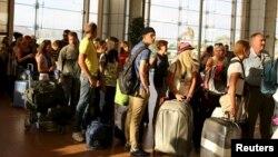 Туристы покидают аэропорт Шарм-эль-Шейх 6 ноября 2015 года