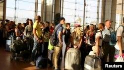 Брытанскія і расейскія пасажыры ў аэрапорце Шарм-эль-Шэйха, пакідаюць Эгіпет пасьля катастрофы расейскага самалёта А321, 6 лістапада 2015 году.
