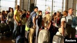 Російські та британські туристи в аеропорту Шарм эль-Шейху