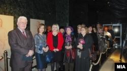 Архивска фотографија - Пензионери од Скопје во присуство на министерката за култура Елизабета Канческа-Милевска во посета на Археолошкиот музеј