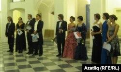 Прагада узган халыкара бәйгедә җиңүче лауреатлар һәм дипломантлар. Артур Исламов (сулдан дүртенче), Динә Хөсәенова (алтынчы), Флорида Иркина (җиденче)