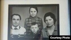 Stara porodična fotografija: Vladimir sa sestrom Natalijom i roditeljima