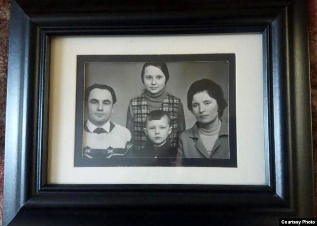 Владимир Половчак с родителями и старшей сестрой Наталией