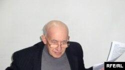 Атырау мұнай және газ институтының мұғалімі, профессор Нажмутдин Құрбанов. Атырау, 21 ақпан, 2009 жыл.