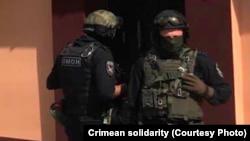 Обыск российских силовиков в доме крымских татар в Евпатории 22 июля, 2021 года