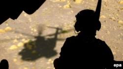 Ооганстанда күзөттө отурган немец жоокери. Кундуз, 18-июль, 2006-ж.
